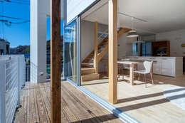 中野の家Ⅲ 高台の旗竿敷地の住宅。高台の利点を活かし家族の思いを詰込んだ: 有限会社アルキプラス建築事務所が手掛けたベランダです。