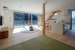 中野の家Ⅲ 高台の旗竿敷地の住宅。高台の利点を活かし家族の思いを詰込んだ: 有限会社アルキプラス建築事務所が手掛けたリビングです。