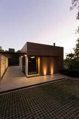 Casas de estilo moderno por sachazanin incorporação