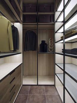 غرفة الملابس تنفيذ Студия дизайна интерьера Маши Марченко