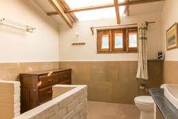 Baños de estilo moderno por M+P