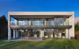 achtergevel met balkon: moderne Huizen door VAN ROOIJEN ARCHITECTEN