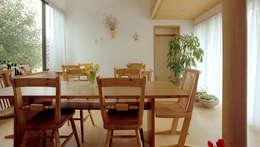 居間: 竹内建築設計事務所が手掛けたリビングです。