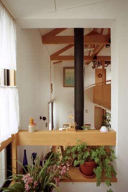 階段踊り場から居間: 竹内建築設計事務所が手掛けたリビングです。