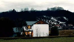 東外観 夕景: 竹内建築設計事務所が手掛けた家です。