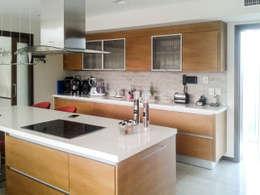 Casa en Rumencó: Cocinas de estilo moderno por id:arq