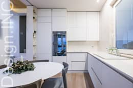 A qualcuno Piace Loft!: Cucina in stile in stile Moderno di Design.inc
