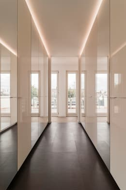 modern Dressing room by Egg and Dart Corporation GmbH & Co.KG   München