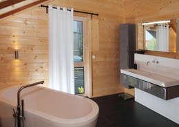 Ванные комнаты в . Автор – RO-REI Holzhaus GmbH & Co.KG