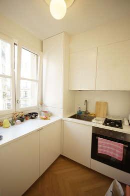 Rénovation appartement Paris, quartier Montmartre: Cuisine de style de style Moderne par Grazia Architecture