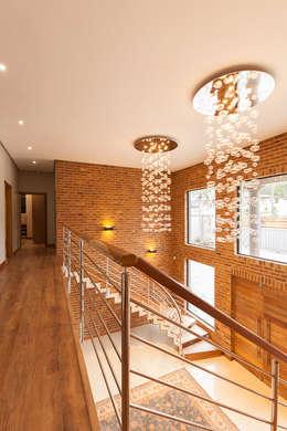 House Naidoo:  Corridor & hallway by Redesign Interiors