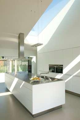 Woonhuis P: moderne Keuken door WillemsenU