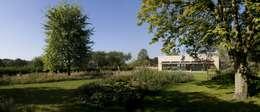 Woonhuis P: moderne Tuin door WillemsenU