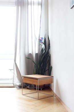 N51E12 - Beistelltisch aus Massivholz Eiche und Stahl: moderne Schlafzimmer von N51E12 - design & manufacture