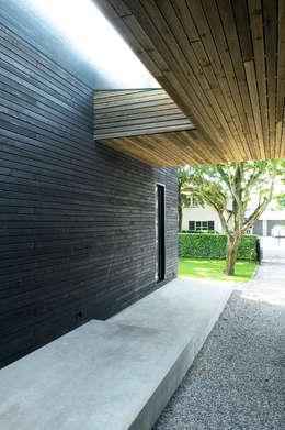Renovatie Woonhuis M: moderne Huizen door WillemsenU