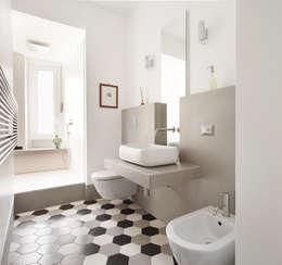 Appartamento residenziale nel quartiere Nomentano.: Bagno in stile in stile Moderno di studioQ