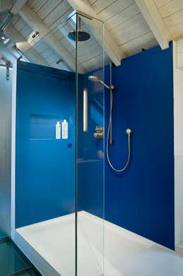 Walk-In-Dusche im blauen Bad: moderne Badezimmer von raum.4 -  Die Meisterdesigner