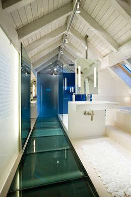 Weitblick im blauen Bad: moderne Badezimmer von raum.4 -  Die Meisterdesigner