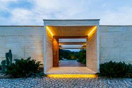 Acceso: Casas de estilo moderno por Arquitectura en Estudio