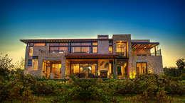 Vista Trasera: Casas de estilo mediterraneo por INTERPRIKA