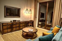 Sala TV: Salas multimedia de estilo mediterraneo por INTERPRIKA
