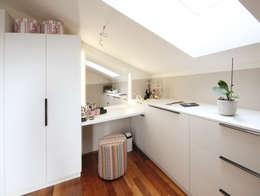 Schminktisch in Schlafzimmer/Schrankraum: moderne Ankleidezimmer von Kathameno Interior Design e.U.