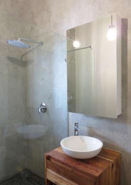 Salle de bains de style  par Trait Decor
