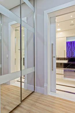 Vestidores y closets de estilo moderno por Designer de Interiores e Paisagista Iara Kílaris