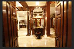 Srinivas house in Bangalore :  Corridor & hallway by montimers