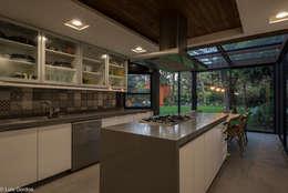 CASA PA: Cocinas de estilo moderno por HDA: ARQUITECTURA BIOCLIMATICA