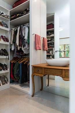 Closets de estilo moderno por Espaço Tania Chueke