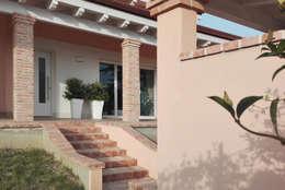 Casas de estilo clásico por homify