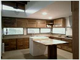 Viviendas Loteo Las Lavandas: Cocinas de estilo moderno por Azcona Vega Arquitectos