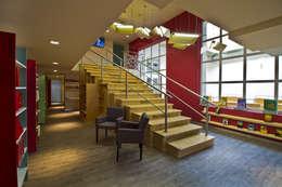 Librerías Buena Prensa - DIN Interiorismo: Pasillos y recibidores de estilo  por DIN Interiorismo