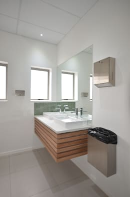 bathroom vanity:  Office buildings by Till Manecke:Architect