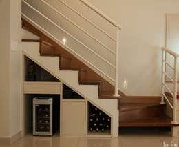 Escada : Corredores, halls e escadas modernos por Virna Carvalho Arquiteta