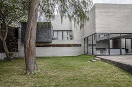 Casas de estilo moderno por Miguel de la Torre Arquitectos