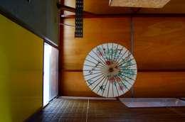 CASA VIVA: Pasillos y recibidores de estilo  por WABI SABI arquitectura
