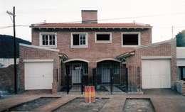 Casas de estilo clásico por Valy