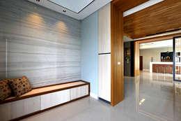 Taiwan Taichung - C House:  走廊 & 玄關 by 信美室內裝修