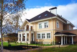 Кирпичный дом с банным комплексом в классическом стиле : Дома в . Автор – Архитектурное бюро 'Белый город'