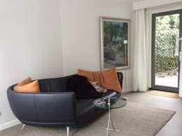 Aanbouw aan zijkant villa: moderne Mediakamer door Studio Inside Out