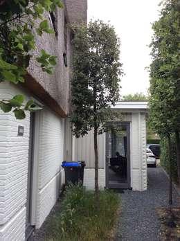 Aanbouw achterzijde: moderne Huizen door Studio Inside Out