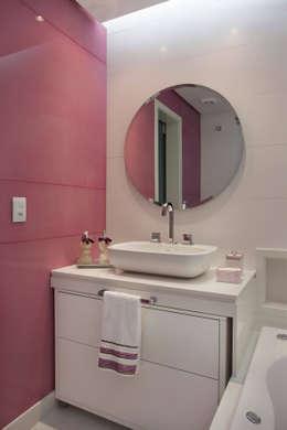 RESIDÊNCIA C ALCÂNTARA: Banheiros modernos por Virna Carvalho Arquiteta