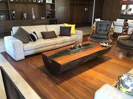 Mesa de Centro em Madeira Maciça com vidro: Sala de estar  por ArboREAL Design