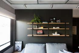 Apartamento Soho: Salas de estar industriais por K+S arquitetos associados