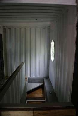 Pasillos y recibidores de estilo  por TARE arquitectos