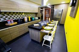 Projekty,  Kuchnia zaprojektowane przez Amanda Matarazzo Interiores