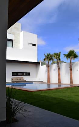 Fachada Trasera : Albercas de estilo moderno por Toyka Arquitectura