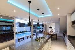 Casa Rio da Varzea: Salas de jantar modernas por 151 office Arquitetura LTDA